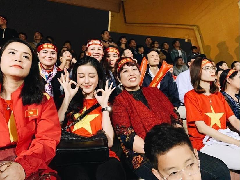 Huyền My xem bóng với mẹ Đức Huy và Quang Hải