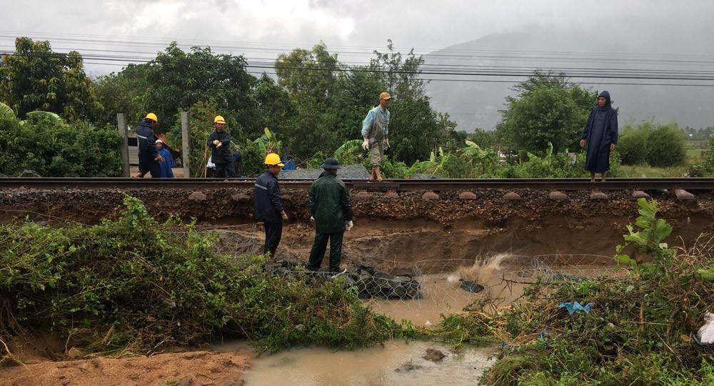 Bão số 9 gây lụt, đường sắt Bắc - Nam tê liệt vì nước cuốn trôi đường ray