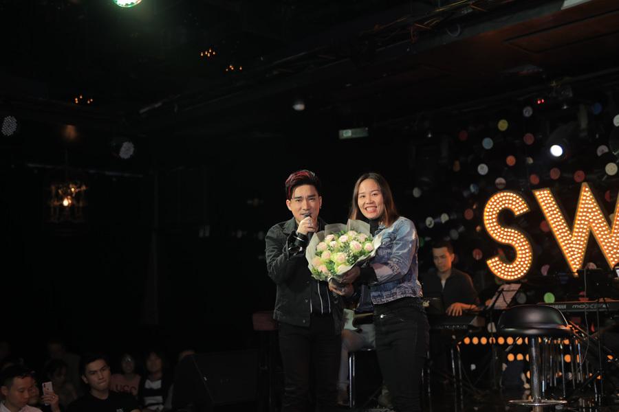 Quang Hà bị fan nữ ôm chầm khi đang hát trên sân khấu
