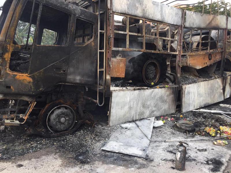 Xe đầu kéo 'cõng' 2 xe bốc cháy nghi ngút ở trạm CSGT