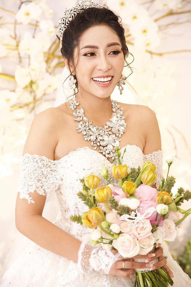 Hoa hậu Đại dương Đặng Thu Thảo liên tục hôn chồng trong lễ cưới