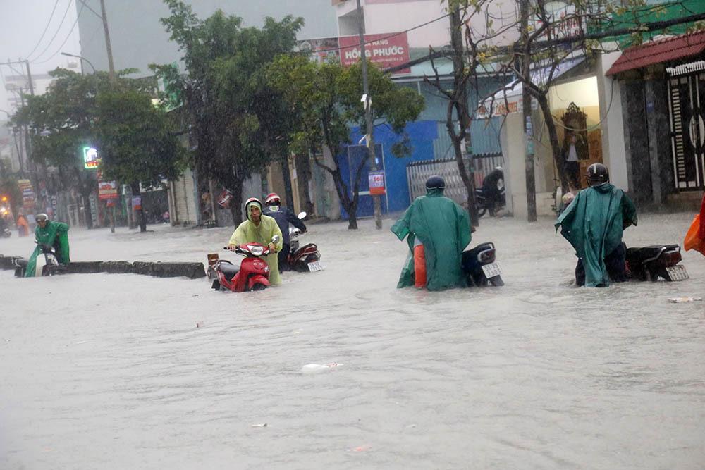 Bão số 9: Sài Gòn mưa như thác đổ, ngập tứ bề