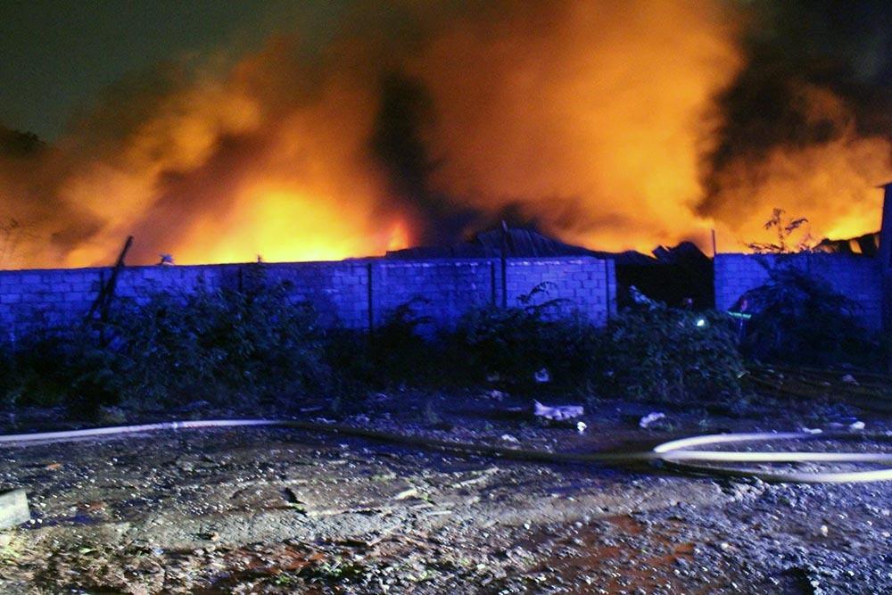 Nhà xưởng ngàn m2 cháy ngùn ngụt trong đêm mưa bão số 9