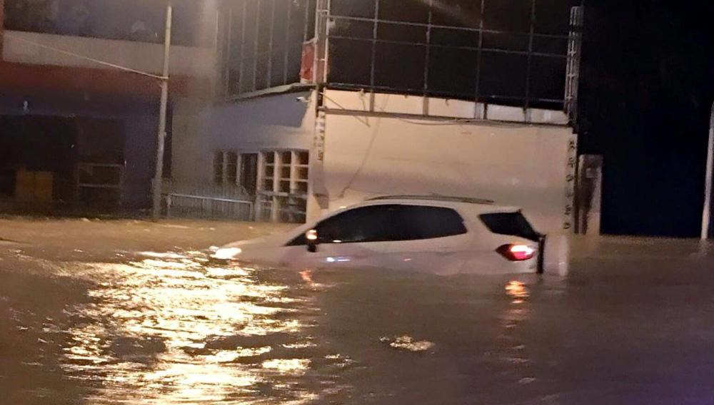 Bão số 9: Nước ngập lút ô tô, quốc lộ huyết mạch tê liệt