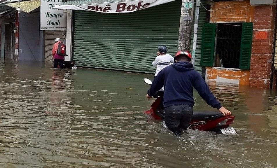 Bão số 9: Xế hộp vô chủ 'bơi' trên đường Sài Gòn ngập cả mét