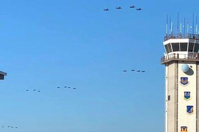 Choáng ngợp chiến cơ Mỹ F-35 bay từng đàn như chim