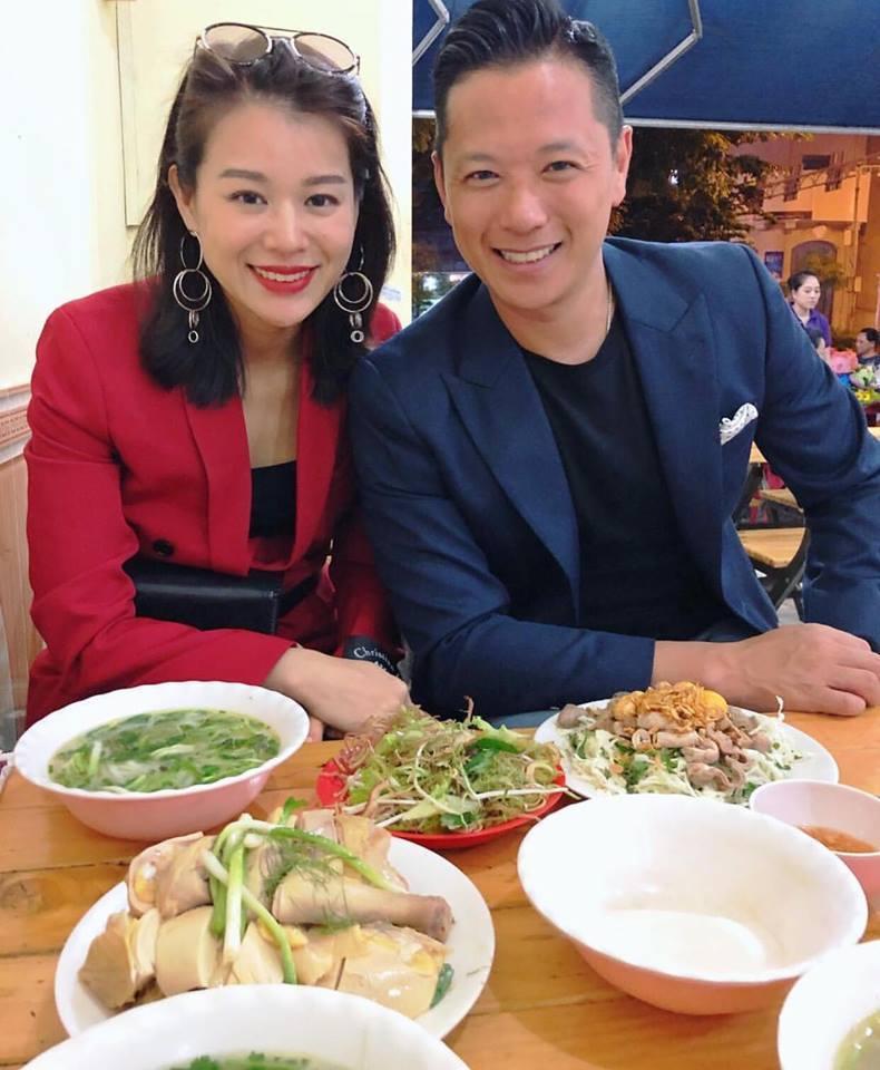 Hồ Hạnh Nhi cùng chồng ăn phở gà, bánh mì ở Sài Gòn