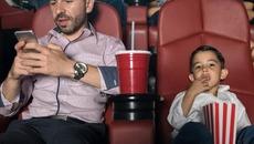 Cha mẹ sử dụng điện thoại nhiều dễ gây tổn thương trẻ