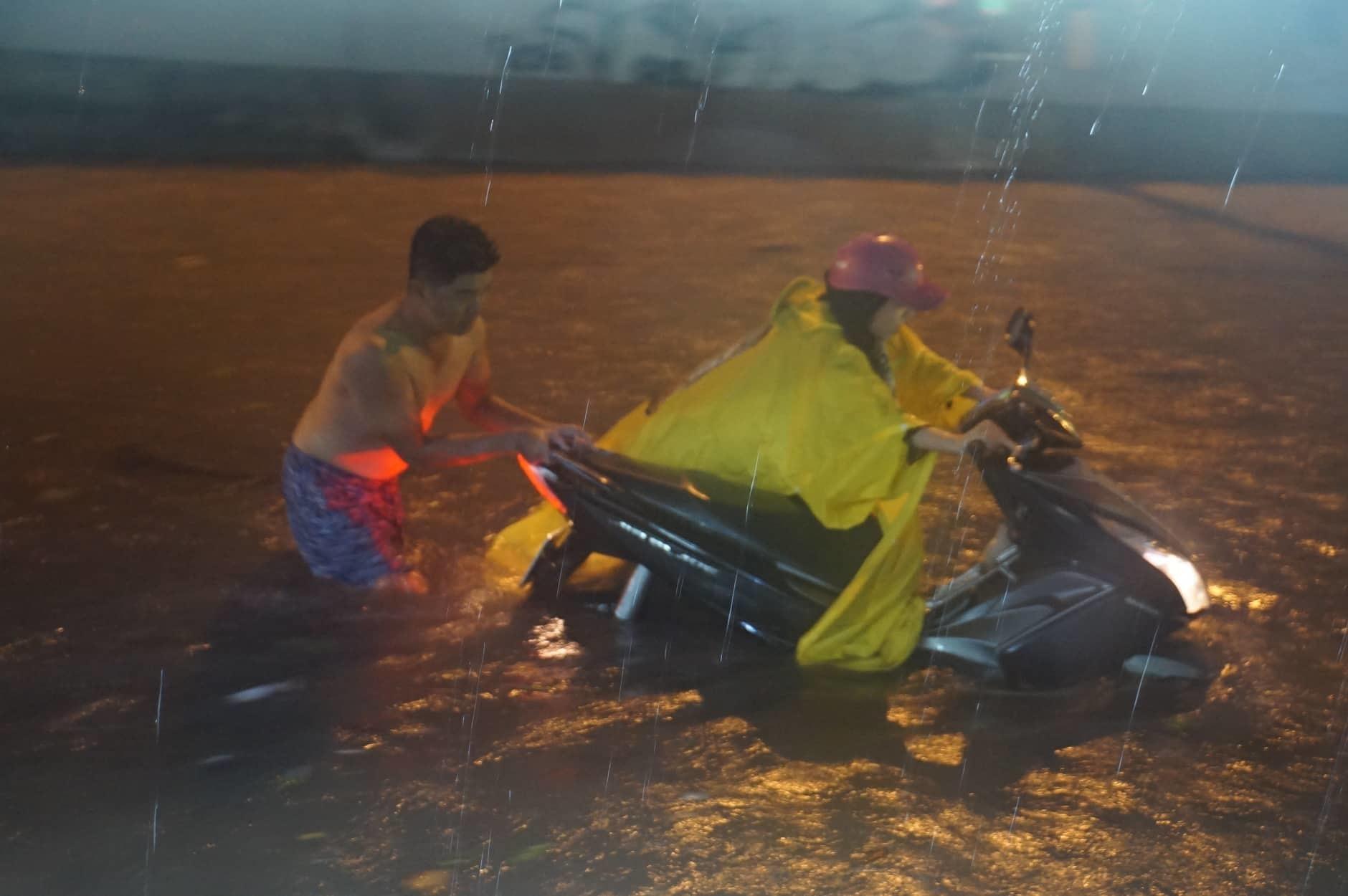 Bão số 9: Sài Gòn mưa kỷ lục, ngập lụt khắp thành phố