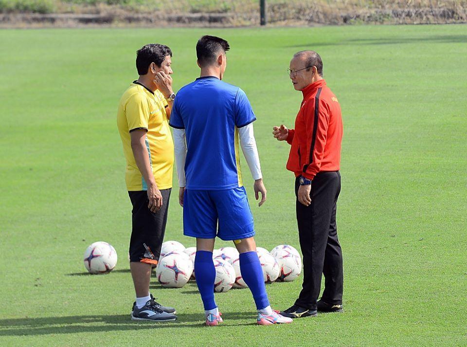 Tuyển Việt Nam tập tránh bão, thầy Park gặp riêng nhiều cầu thủ