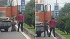 Tài xế xe đầu kéo xách rựa bắt đồng nghiệp quỳ lạy giữa đường