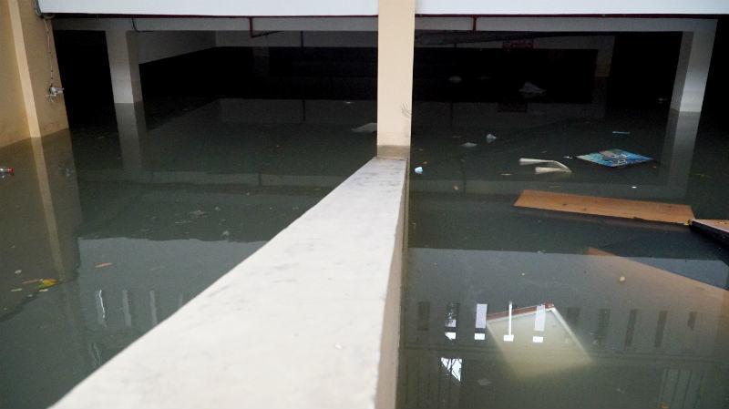 Bão số 9: Oằn mình bơm nước cứu trăm xe máy 'chết đuối' dưới hầm chung cư
