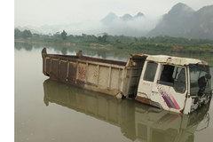 Thanh Hóa: Ngỡ ngàng nhìn ô tô lóp ngóp dưới lòng hồ