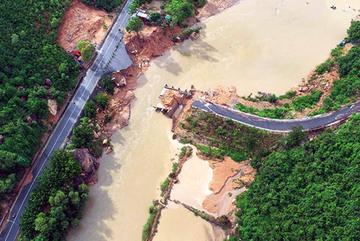 Hình ảnh cầu gãy đôi ở Khánh Hòa do bão số 9