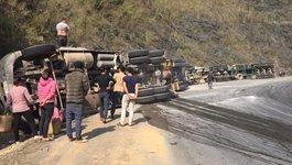 2 xe container liên tiếp lật ngửa, phơi bụng trên dốc Đá Xẻ