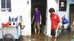 Dân Sài Gòn ăn mì tôm, vật lộn với nước ngập sau bão