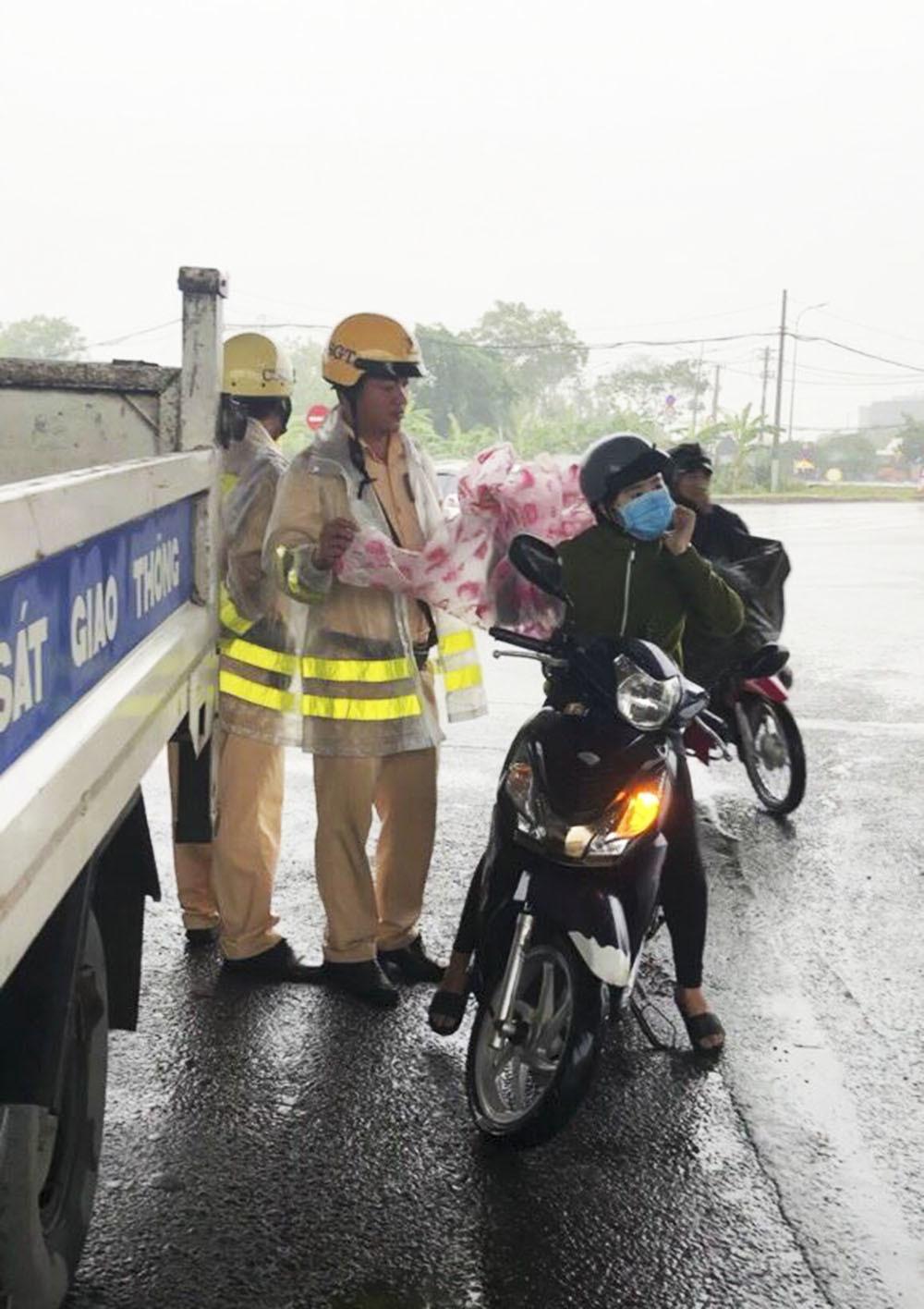 Hình ảnh đẹp của CSGT Sài Gòn giúp người dân sau bão số 9