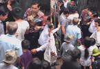 Ngọc Sơn phát gạo miễn phí cho người dân tại biệt thự 100 tỷ sau bão lớn