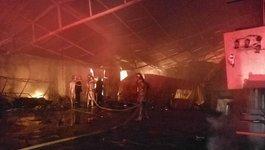 Cháy dữ dội gara ô tô gần trường THCS Nam Trung Yên