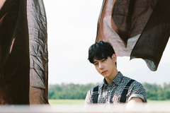 Bạn trai người Hàn xuất hiện trong MV mới của Chi Pu
