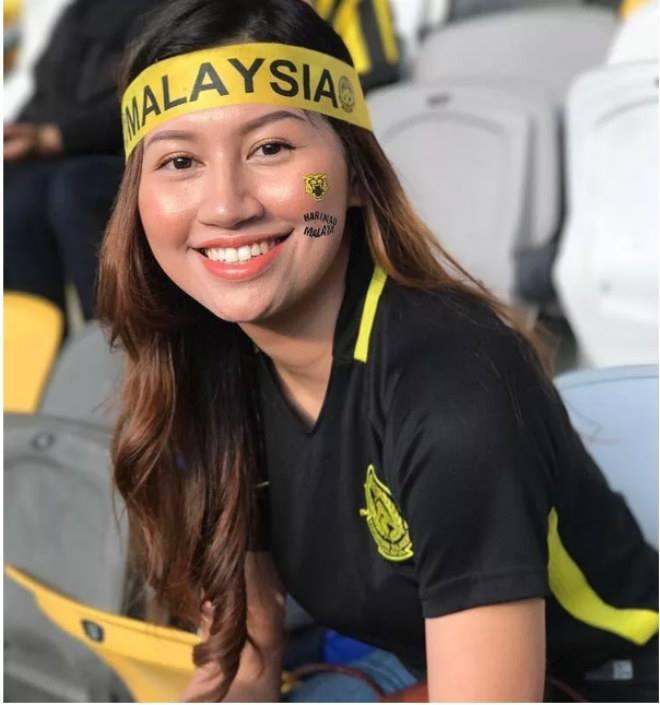 Fan nữ Việt Nam, Thái Lan 'đọ sắc' trên khán đài AFF Cup 2018