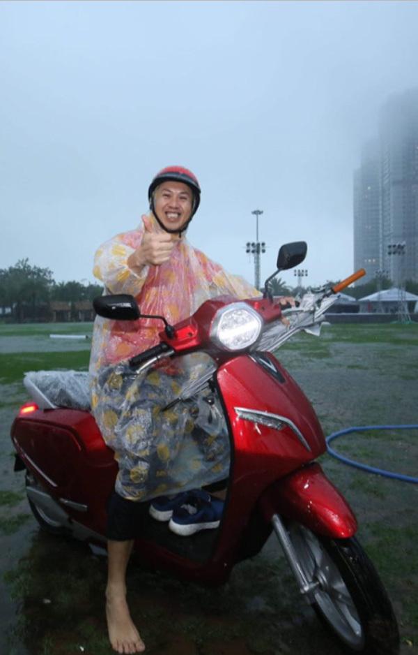 Khách hàng TP.HCM đội mưa đi mua xe VinFast