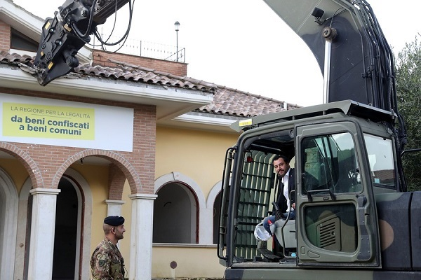 Bộ trưởng Italia đích thân san phẳng biệt thự của mafia