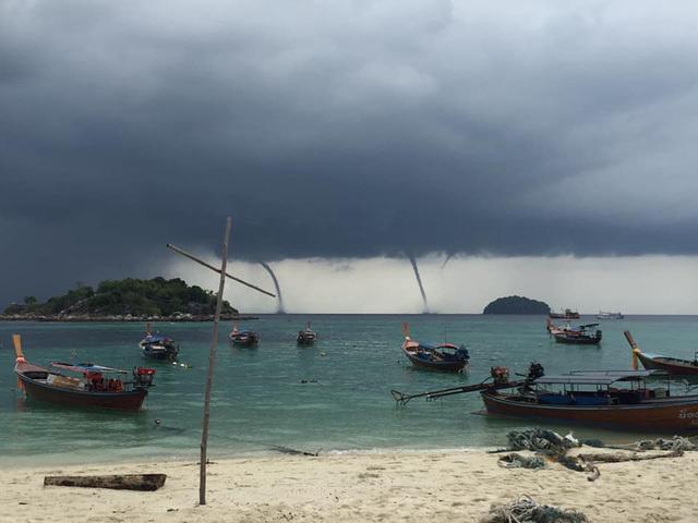 Hiện tượng hiếm gặp: 4 vòi rồng cùng xuất hiện đồng loạt trên biển