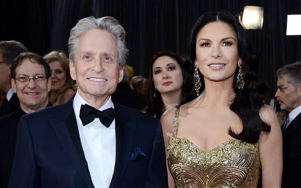 Mỹ nhân 'Mặt nạ Zorro' vẫn tin chồng sau cáo buộc quấy rối tình dục nhân viên