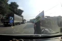 Va chạm giao thông, hành động của người đi xe máy khiến tài xế ô tô ngỡ ngàng