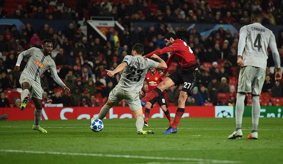 Cận cảnh màn ăn mừng đầy... giận dữ của Mourinho