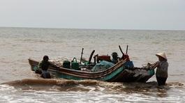 Thanh Hóa: Cứu vợ mắc lưới trên biển, chồng mất tích