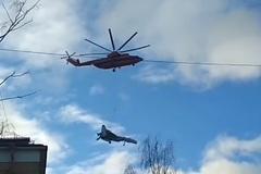 Xem trực thăng 'quắp' chiến cơ trên bầu trời Nga