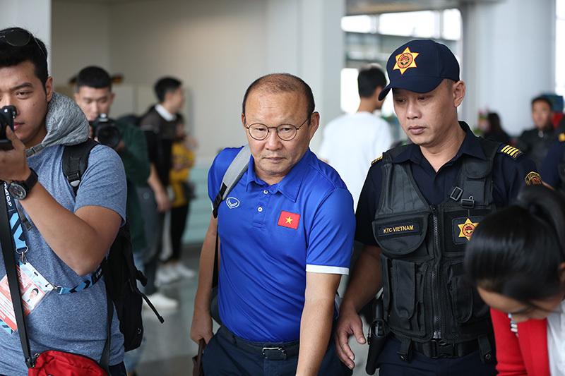 An ninh hộ tống tuyển Việt Nam ra sân bay đi Philippines