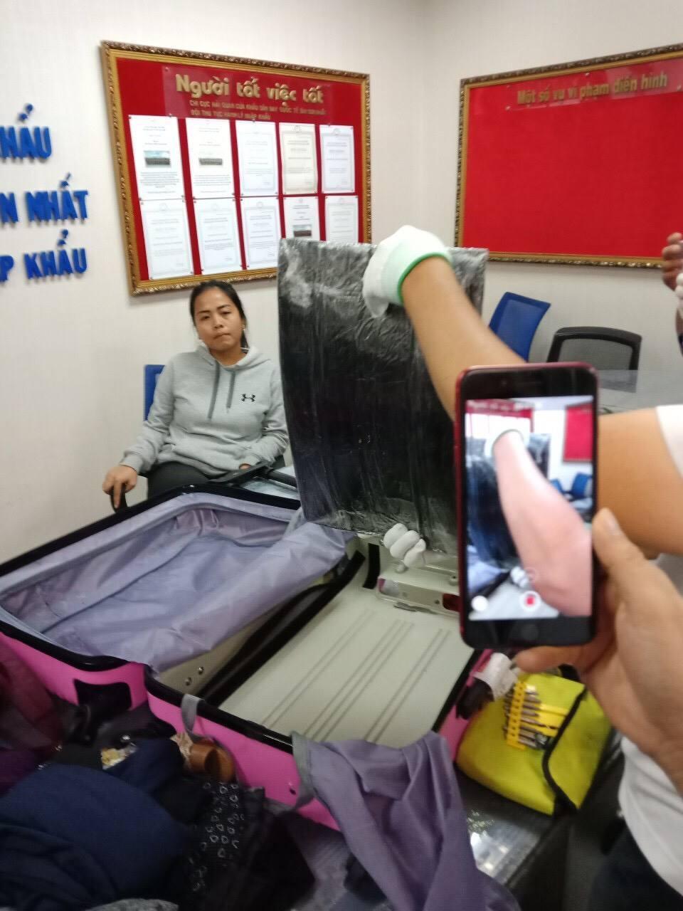 Nữ hành khách Malaysia giấu 4,42 kg cocaine trong thành vali