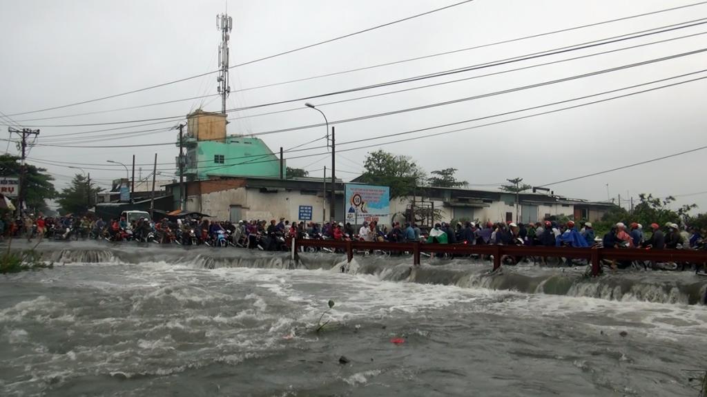 Sinh viên ĐH Sài Gòn bị nước cuốn trôi do bão số 9