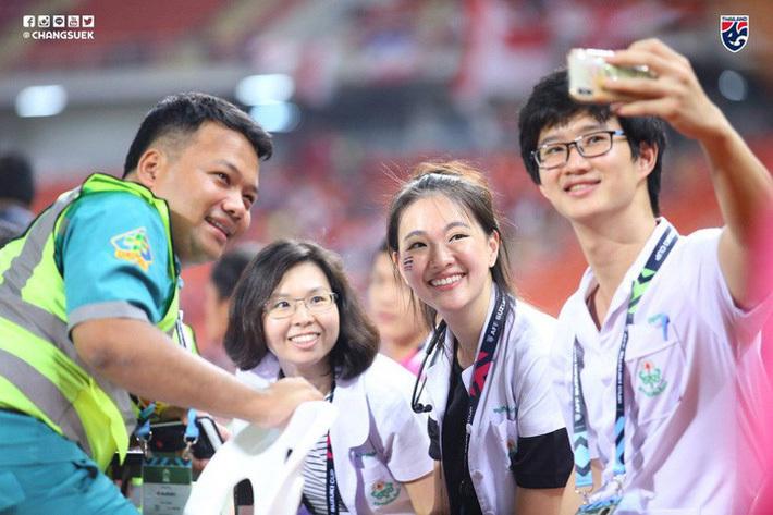 Bác sĩ xinh đẹp xuất thân là Hoa hậu của tuyển Thái Lan tại AFF Cup 2018