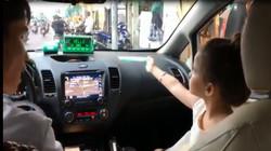 Bé gái Tây giúp mẹ nói chuyện tiếng Việt với tài xế taxi