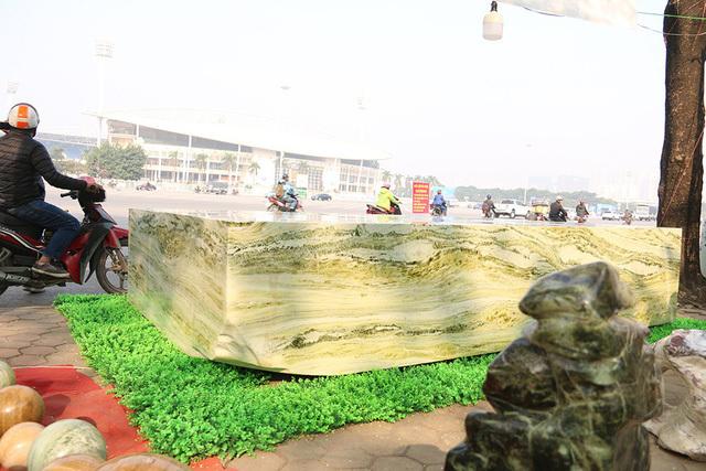 Phiến ngọc nguyên khối nặng hơn chục tấn, giá 2,6 tỷ đẹp hiếm có ở Yên Bái