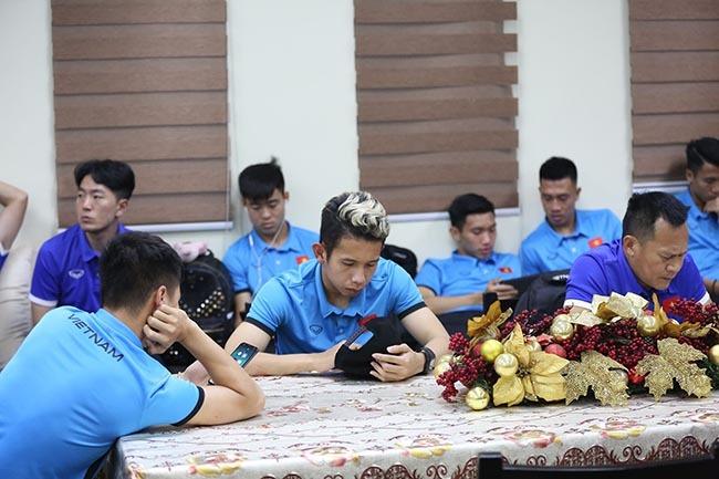 Tuyển Việt Nam 'vạ vật' 3 tiếng chờ nhập cảnh ở Philippines