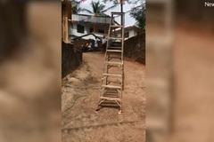 Lạnh người xem chiếc thang 'tự đi' ở Ấn Độ