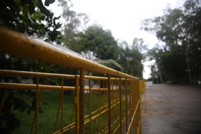 """Cận cảnh sân Panaad: """"Ổ gà, ổ trâu"""" khắp nơi, mưa to là ngập"""