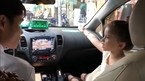 Bé gái Tây làm phiên dịch tiếng Việt cho mẹ với tài xế taxi