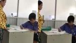 Thực hư clip bảo vệ bệnh viện thay nhân viên y tế đo mắt cho bệnh nhân