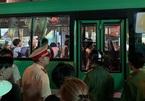 Tiếp viên xe buýt dùng dao truy sát người đi xe máy ở Sài Gòn