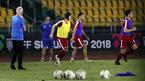HLV Eriksson lệnh Philippines chỉ chơi bóng bổng đấu Việt Nam