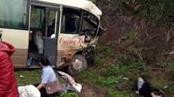 Xe khách đối đầu xe tải, người bị thương nằm vệ đường chờ cứu