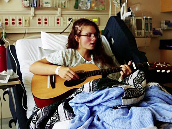 Vừa mổ não vừa hát vang, cô gái 19 tuổi khiến hàng triệu người thán phục