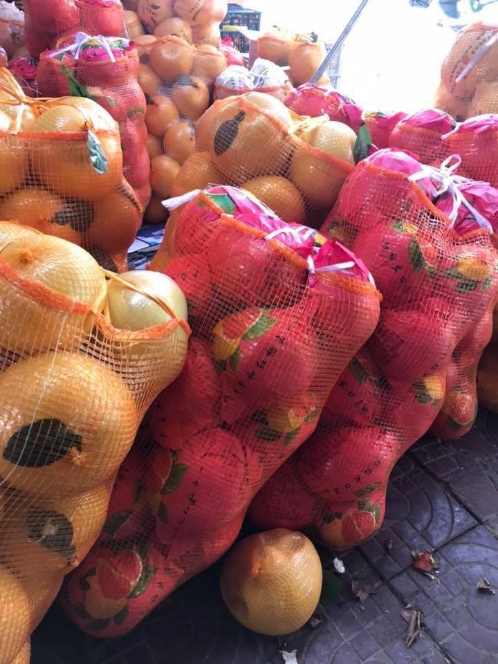 Bưởi lạ khổng lồ, vỏ vàng bóng, bọc kín nilon tràn về chợ Việt