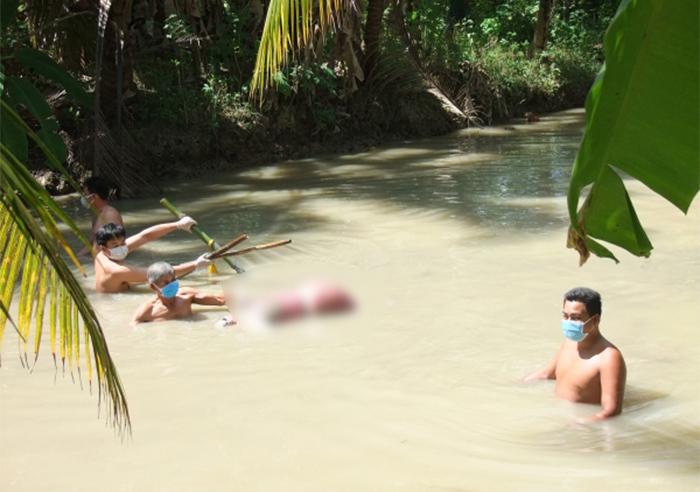 Người phụ nữ bị trói hai chân, dìm dưới mương nước bởi 5 thanh tre